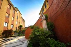 Statua di San Francesco davanti all'entrata della scuola Madre Maria Petković