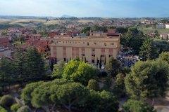 Veduta aerea dell'edificio della scuola Madre Maria Petković nel contesto di Fonte Nuova
